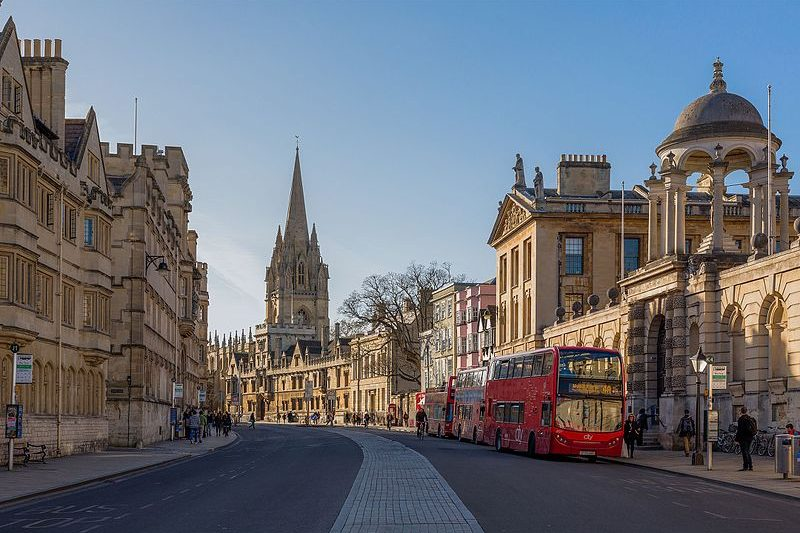 Oxford_High_Street_Facing_West,_Oxford,_UK_-_Diliff.jpg